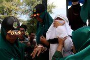 Disaksikan Ribuan Orang, Dua Terpidana PSK 'Online' di Banda Aceh Dihukum Cambuk
