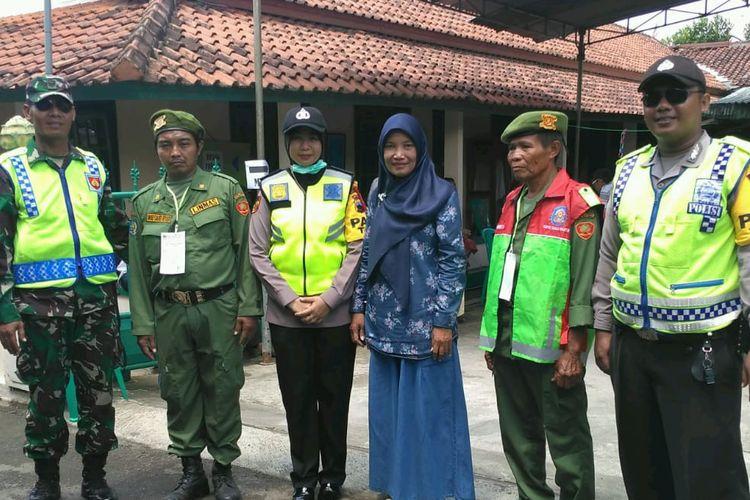 Almarhum Slamet, berfoto bersama saat akan menjalankan tugas di TPS 09, Kelurahan Kober, Kecamatan Purwokerto Barat, Kabupaten Banyumas, Jawa Tengah