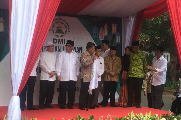Ketua Umum Dewan Masjid Indonesia Jusuf Kalla melepas acara mudik bersama yang diselenggarakan Dewan Masjid Indonesia di Kantor Dewan Masjid Indonesia, Jakarta, Sabtu (9/6/2018).