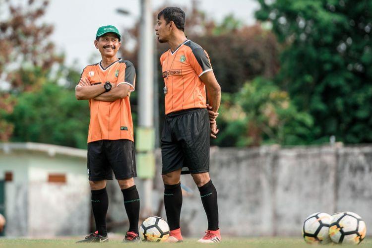 Coach Djajang Nurdjaman (kiri) bersama Asisten Pelatih Persebaya Surabaya Bejo Sugiantoro.