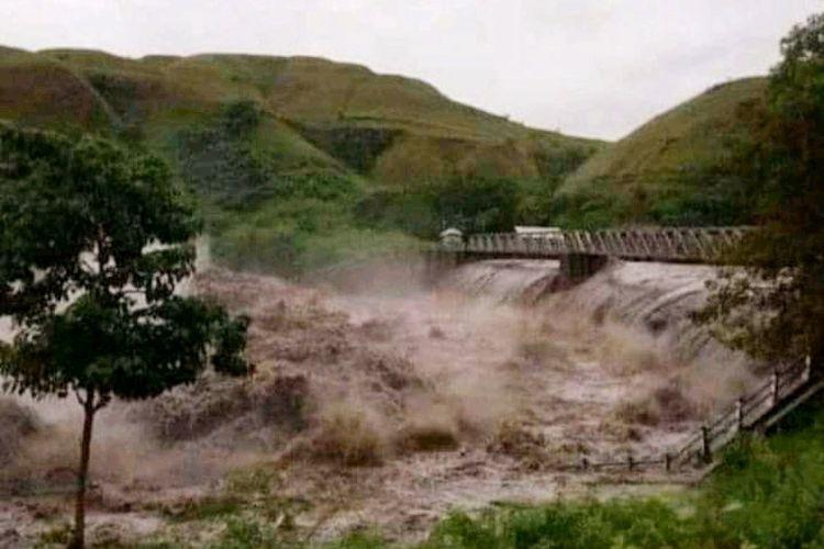 Bendungan Kambaniru, Kelurahan Malumbi, Kecamatan Kambera, Kabupaten Sumba Timur, Pulau Sumba, Nusa Tenggara Timur (NTT) pada saat terjadi banjir bandang.