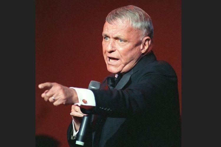 Penyanyi legendaris, Frank Sinatra pada tahun 1992.