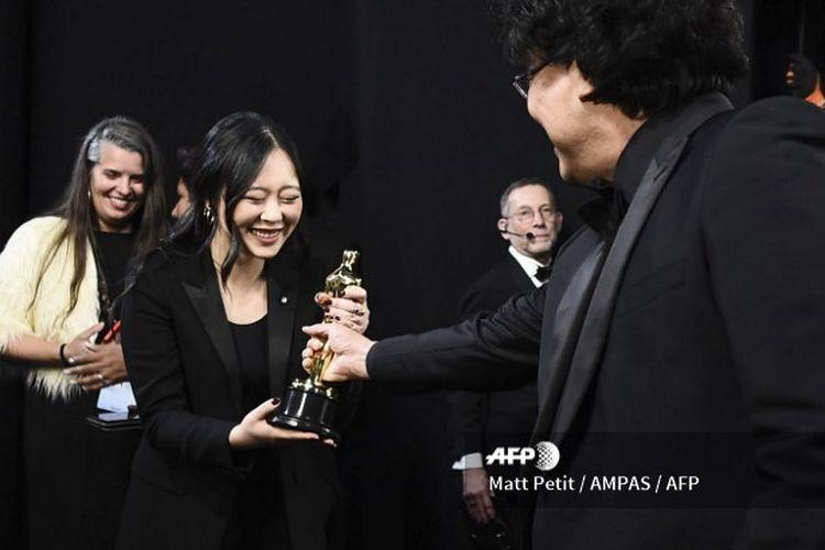 Sharon Choi saat menemani sutradara Bong Joon Ho di panggung Oscar 2020.