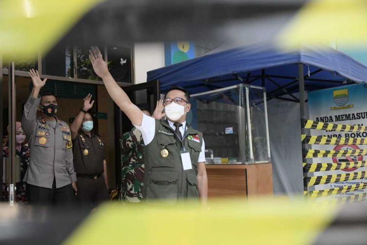 Gubernur Jawa Barat Ridwan Kamil kembali mendatangi Puskesmas Garuda, Kota Bandung, Rabu(30/9/2020). Kedatangannya, untuk melakukan proses pengambilan sampel darah. Kapolda Jabar Irjen Pol Rudy Sufahriadi, Pangdam III Siliwangi Mayjen TNI Nugroho Budi Wiryanto dan Kajati Jabar Ade Adhyaksa juga turut hadir dalam kunjungan keempat itu.