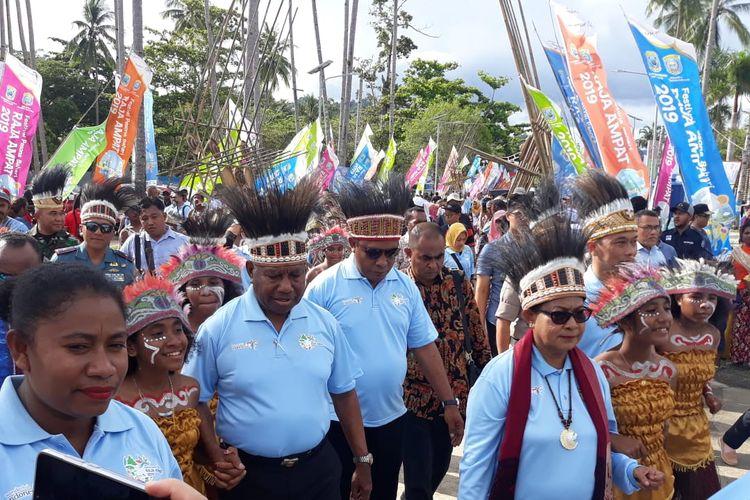 Menteri Pemberdayaan Perempuan dan Perlindungan Anak Yohana Yembise di Festival Raja Ampat 2019 di Waisai, Raja Ampat, Papua Barat, Jumat (18/10/2019).