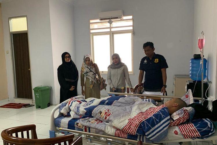 M Akbar (16) siswa SMA Terpadu Wirabakti masih menjalani perawatan di Rumah Sakit Aloei Saboe setelah diduga mendapat kekerasan dari alumni, pembina dan seniornya.