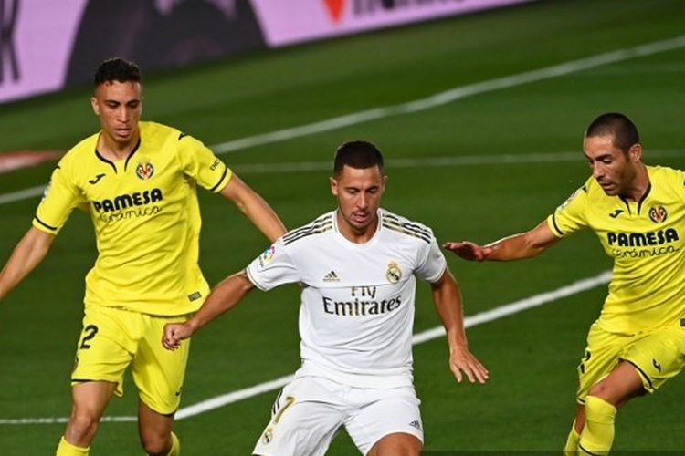 Winger Real Madrid, Eden Hazard (tengah) diapit dua pemain Villarreal.