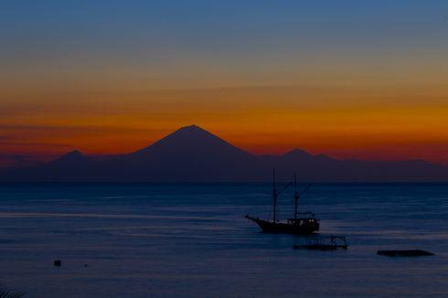 Pesona Pantai Senggigi, Bisa Lihat Gunung Agung di Bali dari Lombok