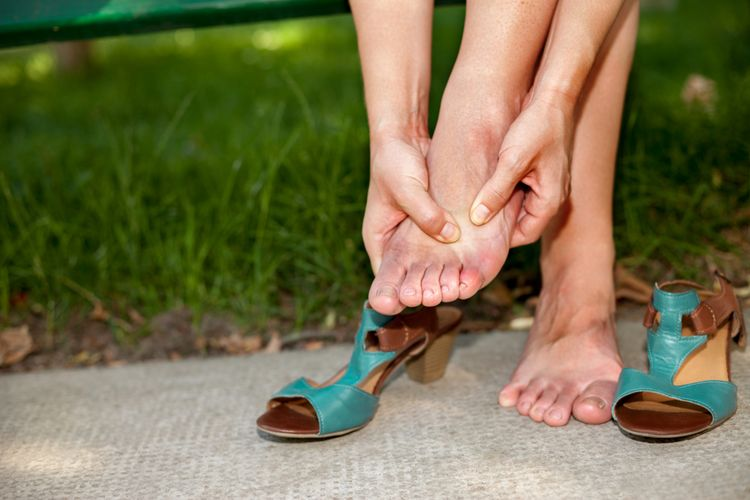 Ilustrasi telapak kaki gatal. Ada berbagai kondisi medis yang bisa menjadi penyebab tangan dan kaki gatal, termasuk diabetes mellitus.
