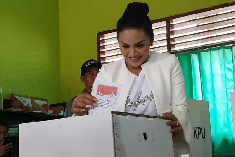 Krisdayanti saat menyalurkan hak suaranya di TPS 02 Kelurahan Sisir, Kota Batu, Rabu 17 April 2019 lalu.