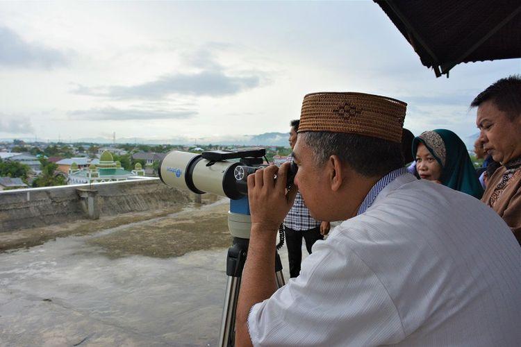 Tim pemantau hilal (bulan muda) Kantor Wilayah Kementerian Agama melakukan pengamatan hilal. Mendung dan hujan menjadi kendala dalam kegiatan ini.