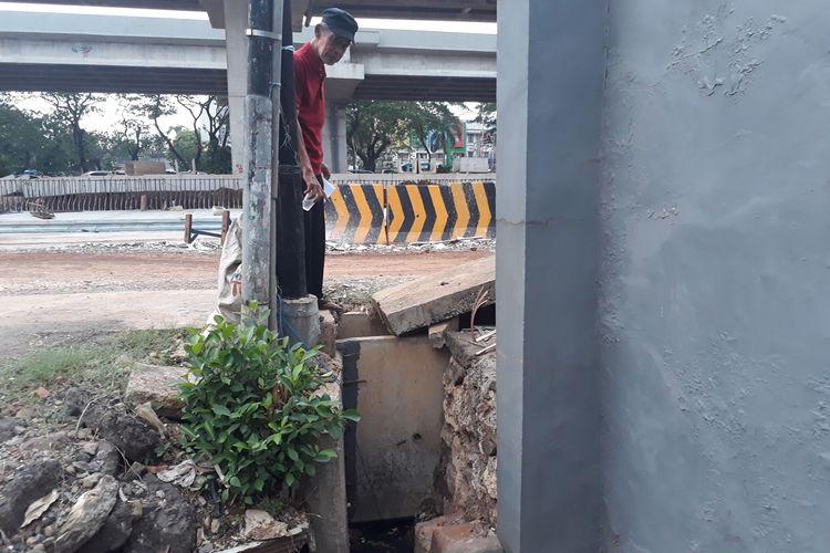 Saluran air di wilayah RT 05, RW 011, Kelurahan Cipinang Melayu, Kecamatan Makasar, Jakarta Timur, tidak mengalir dengan baik akibat terhambat saluran u-ditch Tol Becakayu, Kamis (5/12/2019).