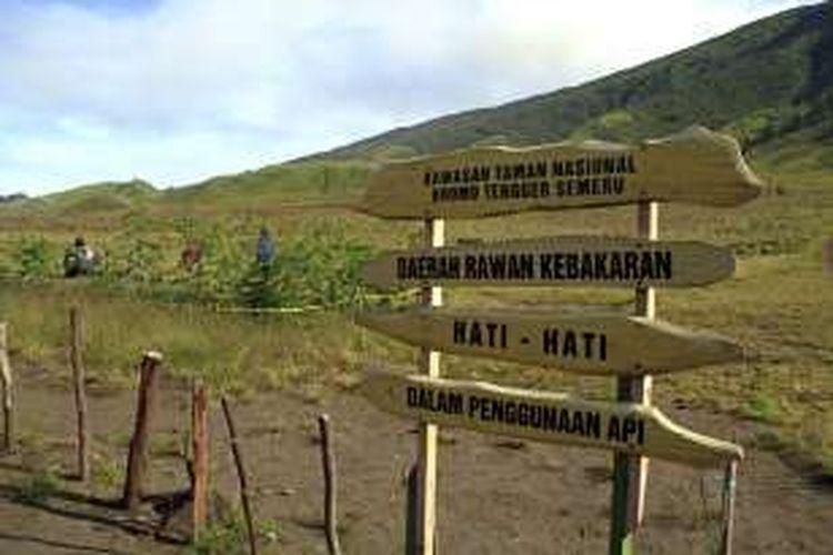 Papan peringatan bagi wisatawan untuk berhati-hati yang dipasang di Padang Savana Taman Nasional Bromo Tengger Semeru.