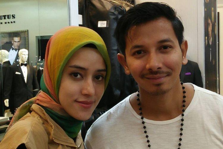 Fairuz A Rafiq dan Sonny Septian di sela fitting busana pengantin di Grand Indonesia, Jakarta Pusat, Senin (15/5/2017).