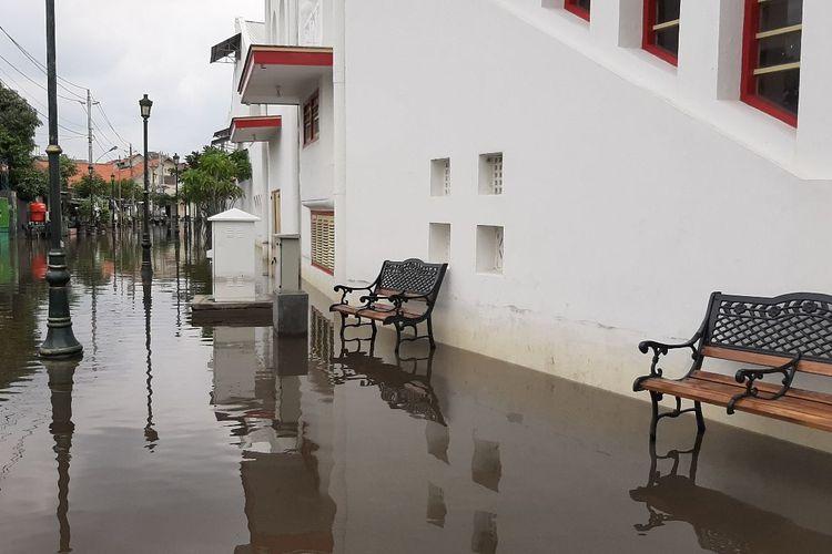 Kota Lama Semarang sisi Utara masih tergenang air, Rabu (24/2/2021).