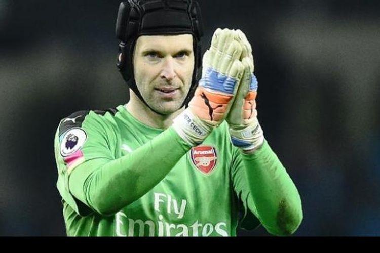Kiper Arsenal, Petr Cech, memberikan aplaus kepada fans dalam pertandingan Premier League melawan Manchester City pada 18 Desember 2016.