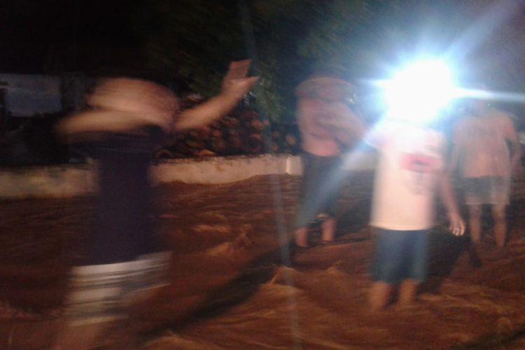 Banjir terjadi di sejumalh titik Jember saat hujan deras Jumaat malam
