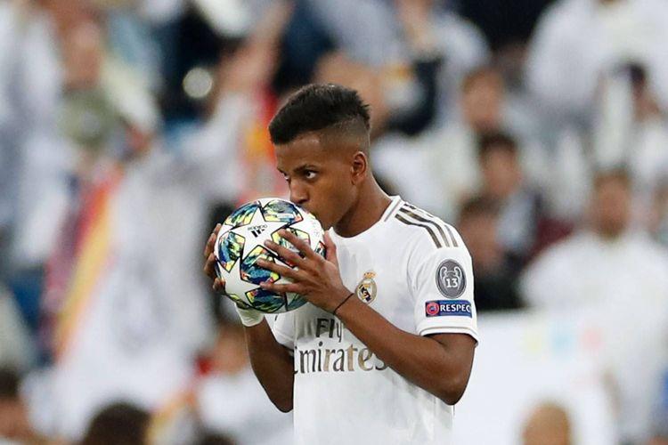 Pemain muda Real Madrid mencium bola sebagai perayaan atas raihan hat-trick pada matchday ke-4 Liga Champions kontra Galatasaray di Stadion Santiago Bernabeu, Kamis (7/11/2019)
