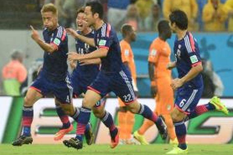 Gelandang Jepang, Keisuke Honda (kiri) seusai mencetak gol ke gawang Pantai Gading pada pertandingan Grup C Piala Dunia 2014 di Itaipava Arena Pernambuco, Recife, Sabtu atau Minggu (15/6/2014) pagi WIB.