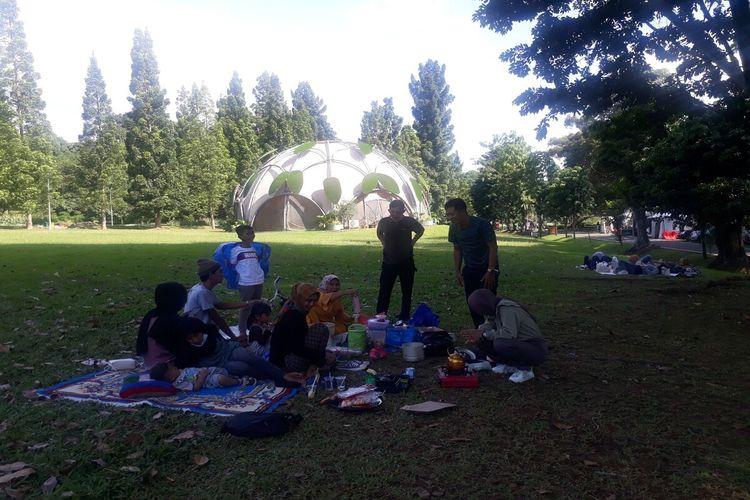 Warga di Bogor, Jawa Barat, menggelar tradisi cucurak dengan kumpul bersama keluarga dan makan bareng di Kebun Raya Bogor, Sabtu (10/4/2021).