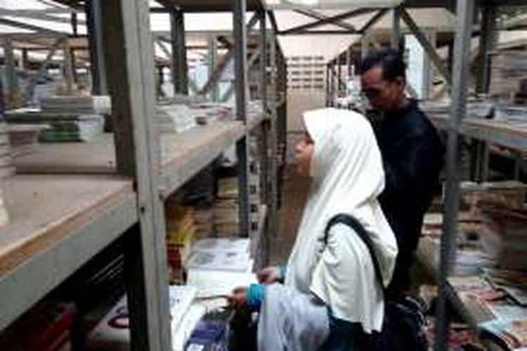 Para pengunjung asik mencari buku di gudang salah satu Unit PT. Gramedia Asri Media yang terletak di Jalan Raya Tajem No 197 Maguwoharjo Depok Sleman.