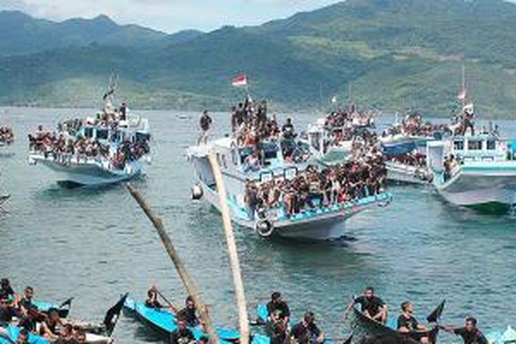 Sekitar 253 perahu tradisional dan kapal motor dengan membawa ribuan peziarah laut mengarak patung Tuan Meninu dari Pantai Lebao menuju Pantai Kuce sekitar 8 kilometer perjalanan.