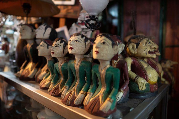 Pasar Triwindu di Solo menawarkan ragam kerajinan tangan antik.