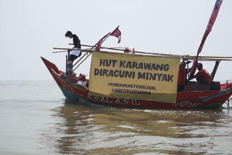 Di sela nadran laut yang digelar serentak dari 22 muara di Kabupaten Karawang, sejumlah orang dari Koalisi Masyarakat Sipil (Kormas) Karawang menggelar aksi protes terhadap tumpahan minyak mentah di laut Karawang, Minggu (22/9/2019).
