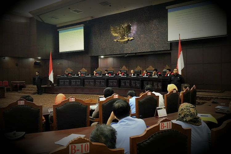 Ketua Mahkamah Konstitusi Arief Hidayat bersama delapan hakim konstitusi lainnya dalam sidang putusan atas beberapa uji materi. Sidang digelar di ruang sidang utama MK, Jakarta Pusat, Selasa (30/5/2017).