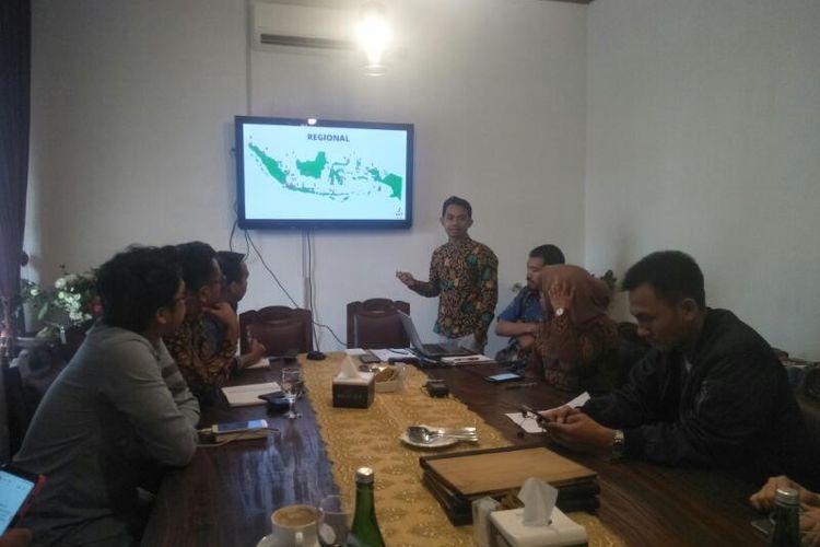 Direktur LBH Ade Wahyudi Saat Memberikan Persentasi Kekerasan Terhadap Jurnalis, di Kawasan Cikini, Jakarta Pusat, Senin (13/1/2020)