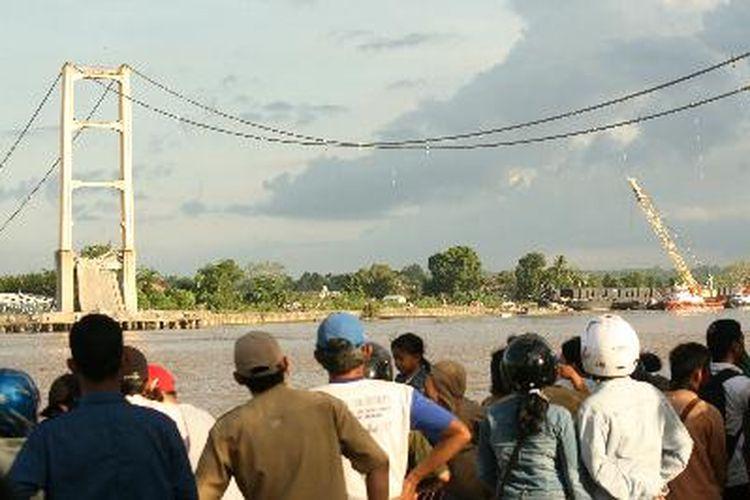 Runtuhnya Jembatan Kutai Kartanegara di Tenggarong, Kalimantan Timur menjadi tontonan masyarakat, Selasa (29/11/2011). Mereka ingin juga melihat evakuasi yang dilakukan tim SAR gabungan.