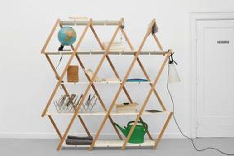 Rak yang didesain oleh Stephanie Hornig berikut ini juga bisa digunakan sebagai salah satu aksen penghias ruangan, partisi, dan tentu saja, untuk menyimpan berbagai jenis barang. Bedanya, rak karya Hornig memiliki ukuran fleksibel.