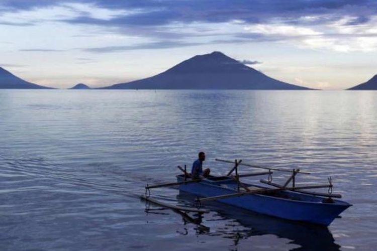 Nelayan usai berlayar di tepi laut Bobanahena, Halmahera Barat, Jumat (17/5/2013). Bobanahena merupakan salah satu tempat yang banyak dikunjungi oleh wisatawan yang datang ke Festival Teluk Jailolo 2013.