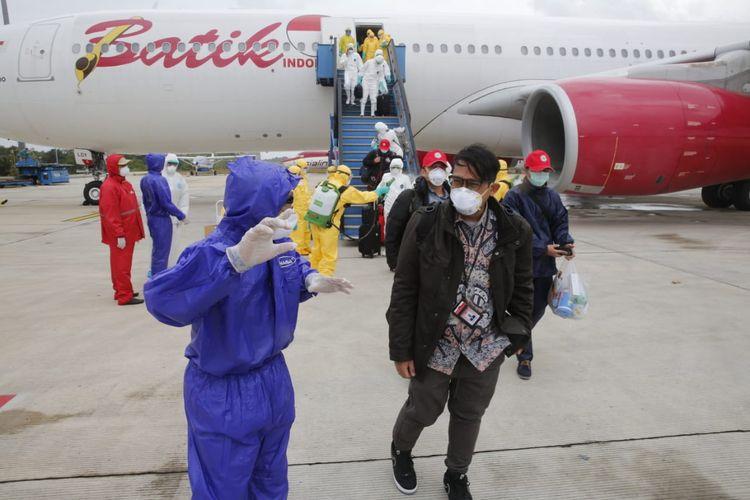 Proses evakuasi WNI dari Wuhan, Hubei, China, menuju Natuna via Batam, Minggu (2/2/2020). Foto: Dok Kemenlu via Kompas TV