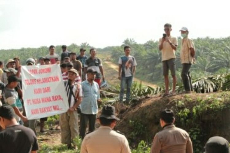 Puluhan petani mempertahankan lahannya dari eksekusi oleh DLHK di Desa Pangkalan Gondai, Kecamatan Langgam, Kabupaten Pelalawan, Riau, pada awal tahun 2020 lalu.