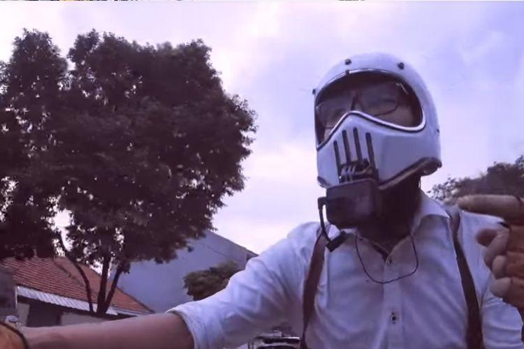 Action cam dipasang di dagu helm.