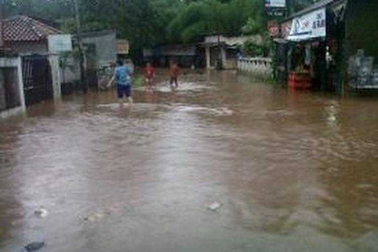 Banjir di Jalan H Ipin, Pondok Labu, Jakarta Selatan, Senin (24/11/2014).