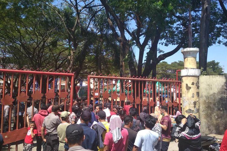 Para suporter PSM yang antri masuk ke Stadion Andi Mattalatta jelang final Piala Indonesia, Selasa (6/8/2019).