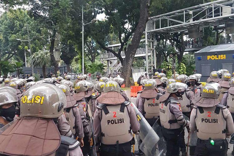 Polisi bersiap-siap menghadapi massa aksi di Jalan Medan Merdeka Barat, pada aksi Selasa (20/10/2020)