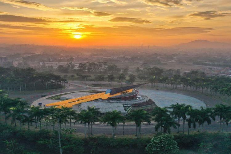 Puspa Iptek Sundial adalah wahana pendidikan yang terletak di kawasan Kota Baru Parahyangan, Padalarang, Bandung, Jawa Barat.