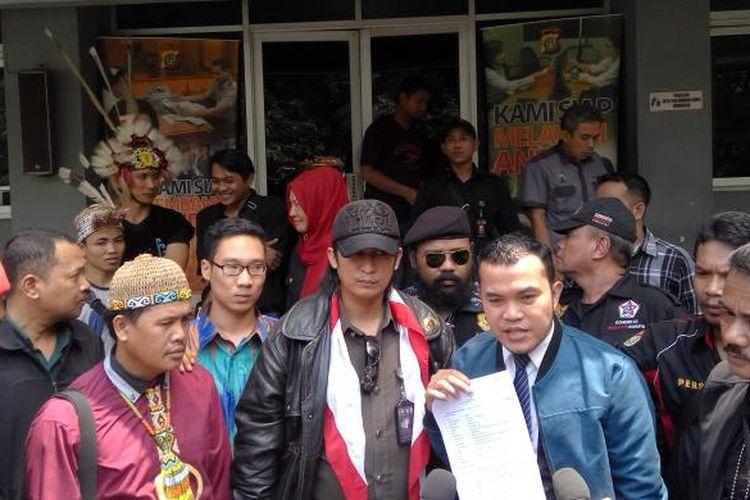 Lembaga Swadaya Masyarakat Komunitas Pengawas Korupsi saat melaporkan penyanyi dangdut Zaskia Gotik Ke Polda Metro Jaya, pada 17 Maret 2016.