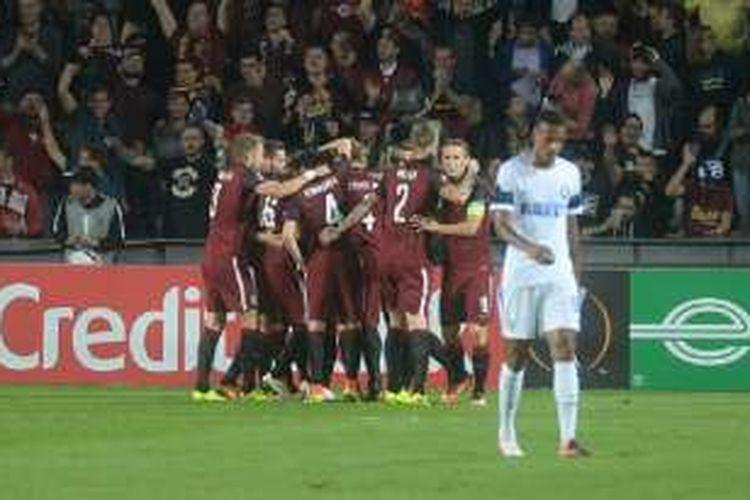 Para pemain Sparta Prague merayakan keberhasilan mencetak gol ke gawang Inter Milan dalam lanjutan Liga Europa, Kamis (29/9/2016).