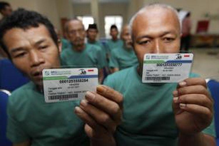 Ilustrasi: Winarno dan Hendrik, warga binaan Panti Sosial Bina Insani, Cipayung, Jakarta Timur, menunjukkan kartu Badan Penyelenggara Jaminan Sosial (BPJS) Kesehatan, beberapa waktu lalu.