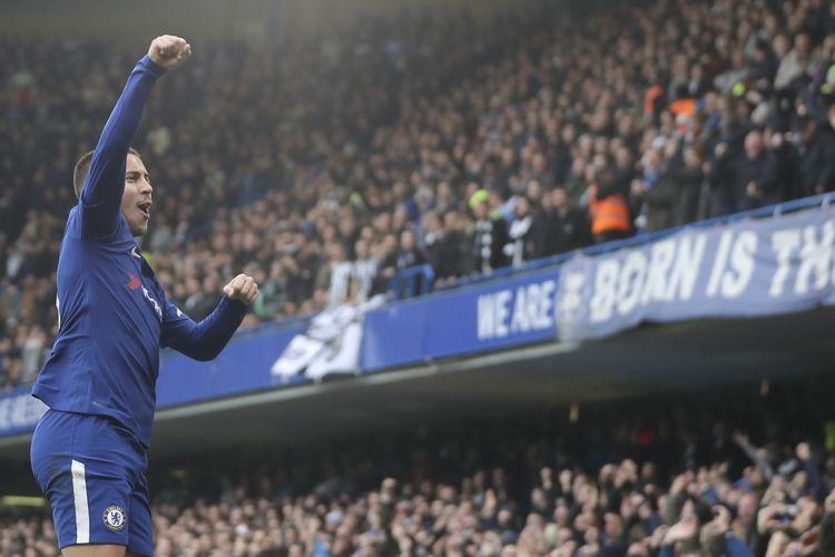 Gelandang Chelsea asal Belgia, Eden Hazard, melakukan selebrasi setelah mencetak gol pertama timnya ke gawang Newcastle United dalam pertandingan Liga Inggris di Stamford Bridge, London, Sabtu (2/12/2017).