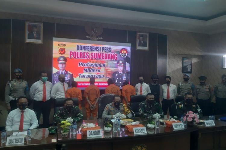Kapolres bersama Dandim dan Danyon saat jumpa pers pengeroyokan anggota TNI di Mapolres Sumedang, Senin (9/11/2020). AAM AMINULLAH/KOMPAS.com