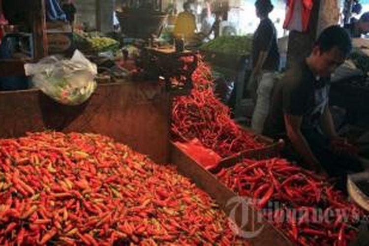 Pedagang sedang memilah cabe rawit merah untuk dijual kepada konsumen di Pasar Senen, Jakarta Pusat, Senin (8/7/2013). Menjelang bulan Ramadhan, sejumlah bahan pokok naik. Terlihat harga cabe rawit merah naik drastis dari Rp 41.000 per kilogram menjadi Rp 80.000 per kilogram.