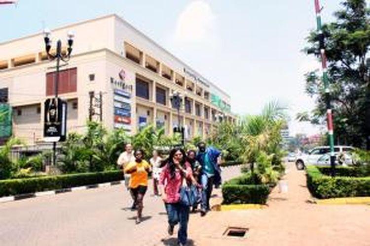 Pengunjung pusat perbelanjaan Westgate, Nairobi, berlarian ketika kelompok teroris menyerbu, Sabtu (21/9/2013). Pusat perbelanjaan ini memiliki luas 35.000 meter persegi sehingga sulit bagi aparat keamana Kenya untuk bergerak cepat.