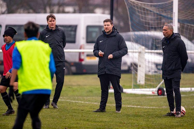 Dennis Wise dan Danny Holmes tengah memantau persiapan Garuda Select jelang laga uji tanding melawan Bournemouth U18, rABU (11/3/2020).