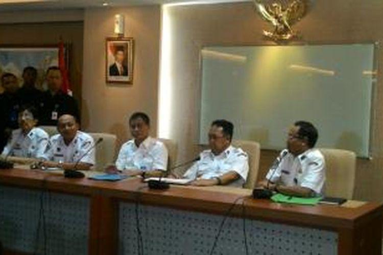Menteri Perhubungan Ignasius Jonan (tengah) saat konferensi pers di Jakarta, Jumat (9/1/2015)
