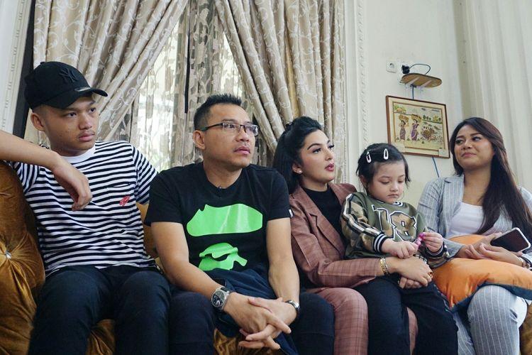 Artis musik Anang Hermansyah bersama Ashanty Siddik, Azriel, Aurelie dan Arsy di kediaman mereka di kawasan Cinere, Depok, Jawa Barat, Jumat (7/6/2019). KOMPAS.com/DIAN REINIA KUMAMPUNG